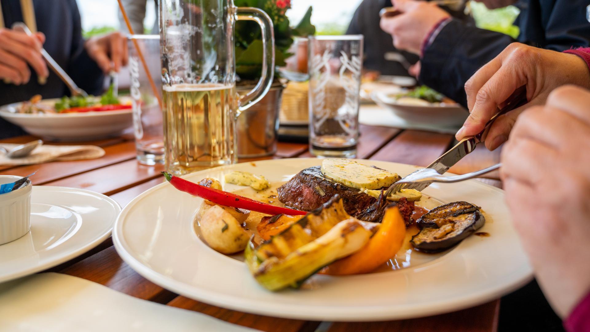 Gäste essen in einem Restaurant auf dem Pfingstberg. Seit dem 21. Mai gelten in weiten Teilen Brandenburgs verschiedene Lockerungsregelungen. Unter anderem darf die Außengastronomie unter bestimmten Auflagen wieder öffnen. +++ dpa-Bildfunk +++