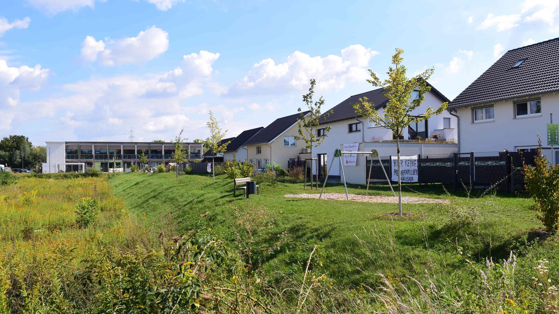 Im Neubaugebiet Abtswald C ist noch ein Grünstreifen für Bauplätze frei. An den angrenzenden Häusern haben die Anwohner Protestplakate aufgehängt.