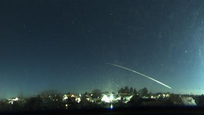 Ein heller Schweif über dem Südwesten: Mario Braun aus der Nähe von Landau hat dem Meteor vom Samstag (28. November) mit einer 360-Grad-Aufnahme festhalten können und zu einem Rechteck-Format umgearbeitet.