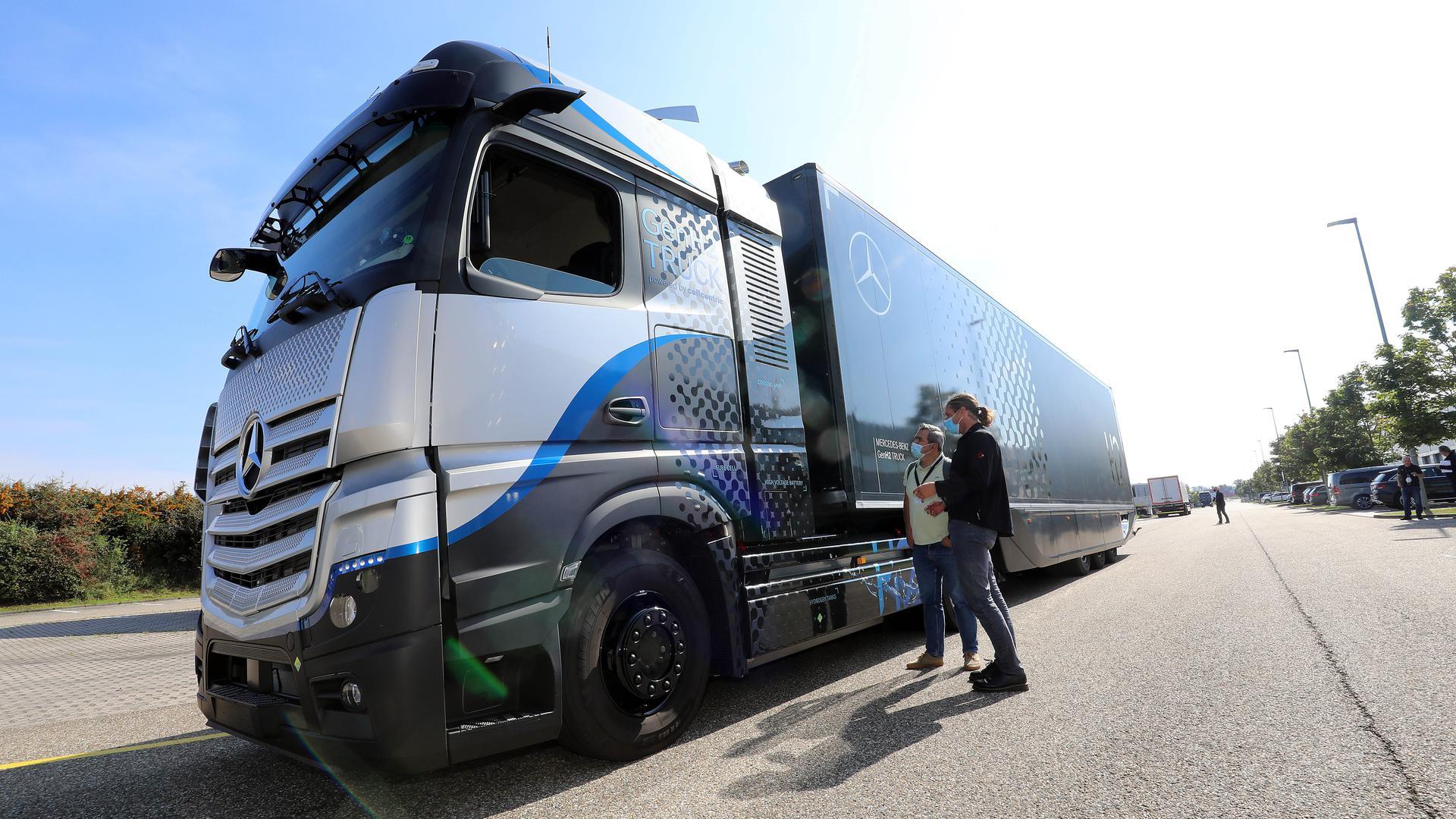 © Jodo-Foto /  Joerg  Donecker//  21.09.2021 Mercedes Trucks / Shaping the Now & Next, Foto: Vorstellung GenH2 / Wasserstoff-Truck/                               -Copyright - Jodo-Foto /  Joerg  Donecker Sonnenbergstr.4  D-76228 KARLSRUHE TEL:  0049 (0) 721-9473285 FAX:  0049 (0) 721 4903368  Mobil: 0049 (0) 172 7238737 E-Mail:  joerg.donecker@t-online.de Sparkasse Karlsruhe  IBAN: DE12 6605 0101 0010 0395 50, BIC: KARSDE66XX Steuernummer 34140/28360 Veroeffentlichung nur gegen Honorar nach MFM zzgl. ges. Mwst.  , Belegexemplar und Namensnennung. Es gelten meine AGB.