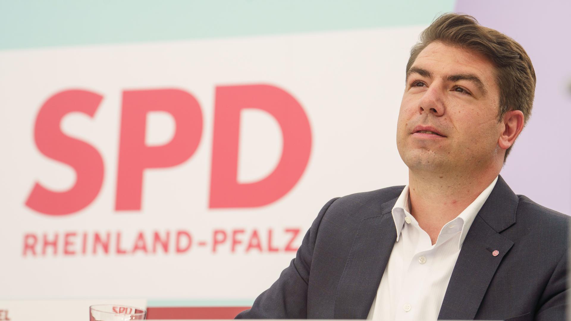Thomas Hitschler sitzt zu Beginn des Landesparteitages der Sozialdemokraten in Rheinland-Pfalz in der Nahetal-Arena auf dem Podium.