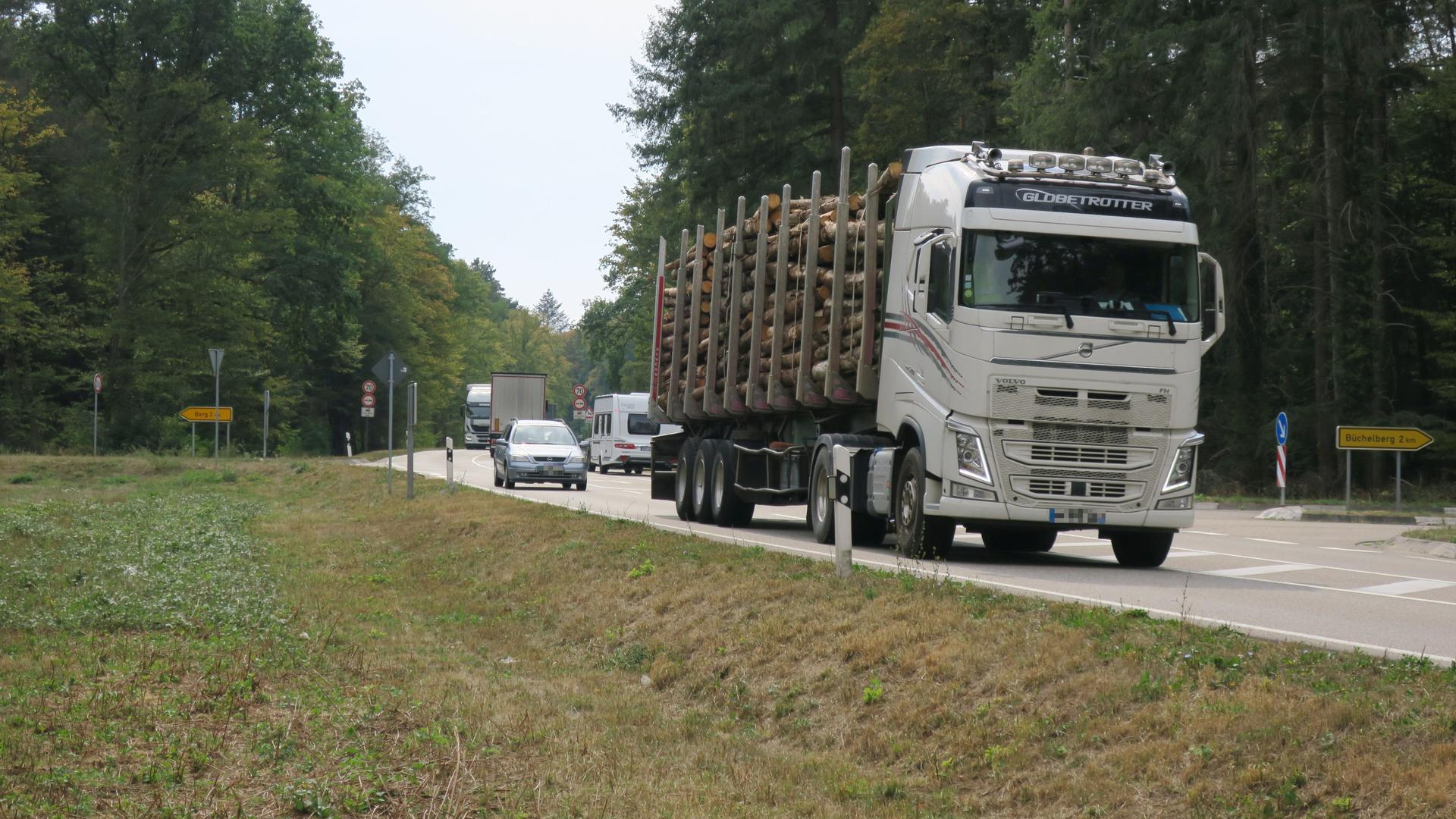 Für die Autofahrer gibt es auf der schmalen Straße nur wenig Chancen, um die Laster zu überholen.