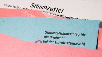 18.08.2021, Niedersachsen, Hannover: ILLUSTRATION - Ein Muster von einem Stimmzettelumschlag für die Briefwahl bei der Bundestagswahl 2021 liegt auf einem Tisch. Die Bundestagswahl 2021 findet am 26. September 2021 statt. Foto: Julian Stratenschulte/dpa +++ dpa-Bildfunk +++