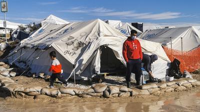 Ein Leben in Kälte, Dreck und größter Not: Mediziner beschreiben die Zustände im Flüchtlingslager Kara Tepe auf der griechischen Insel Lesbos als unerträglich - vor allem für die die etwa 2.600 Kinder.