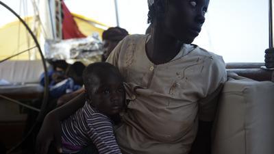 Unterwegs in die ungewisse Fremde: Wie diese Frau und ihr Kind wagen viele Menschen aus Afrika die gefährliche Überfahrt in Booten aus Libyen nach Europa, um ein neues Leben ohne Angst und Gewalt zu beginnen. Manche von ihnen erreichen Deutschland, wo sie mit weiteren Problemen kämpfen müssen.