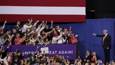 """Die Basis und ihr radikaler Anführer: Aller Kritik zum Trotz halten weite Teile der Republikanischen Partei in den USA zum Präsidenten Donald Trump, den manche Experten nach dem Sturm auf das Kapitol als """"Politgangster"""" bezeichnen."""