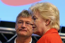 01.07.2018, Bayern, Augsburg: Jörg Meuthen (l), der Co-Parteivorsitzende der AfD und Erika Steinbach, frühere CDU-Politikerin und Leiterin der Desiderius-Erasmus-Stiftung, stehen auf dem Podium. Am 30.06. und 01.07. findet in Augsburg der AfD-Bundesparteitag statt. Foto: Karl-Josef Hildenbrand/dpa +++ dpa-Bildfunk +++