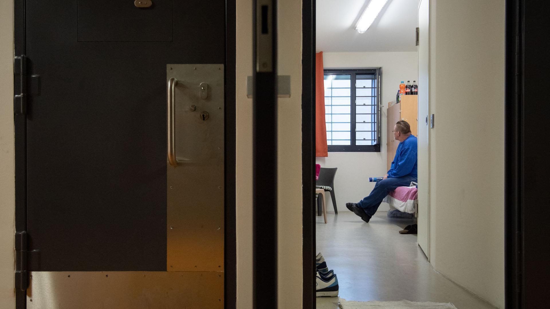 Hinter Gittern: Manche Menschen landen im Gefängnis, obwohl sie nur eine Geldstrafe hätten zahlen sollen. Ein Projekt in Baden-Württemberg soll solche Ersatzfreiheitsstrafen vermeiden helfen.
