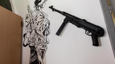 Extremismus als Dauerproblem: Noch bis vor wenigen Jahren hingen in manchen Bundeswehr-Kasernen die Waffen der Deutschen Wehrmacht an der Wand. Der Militärische Abschirmdienst und das Bundesverteidigungsministerium gehen gegen rechte Soldaten konsequenter vor - doch die Linkspartei sieht noch große Defizite.