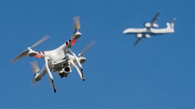 Zunehmende Bedrohung für den Luftverkehr: In Deutschland werden immer mehr gefährliche Annäherungen von Drohnen an startende oder landende Flugzeuge registriert. In den kommenden Jahren sollen leistungsfähige Drohnen-Abwehrsysteme mit Künstlicher Intelligenz entstehen.