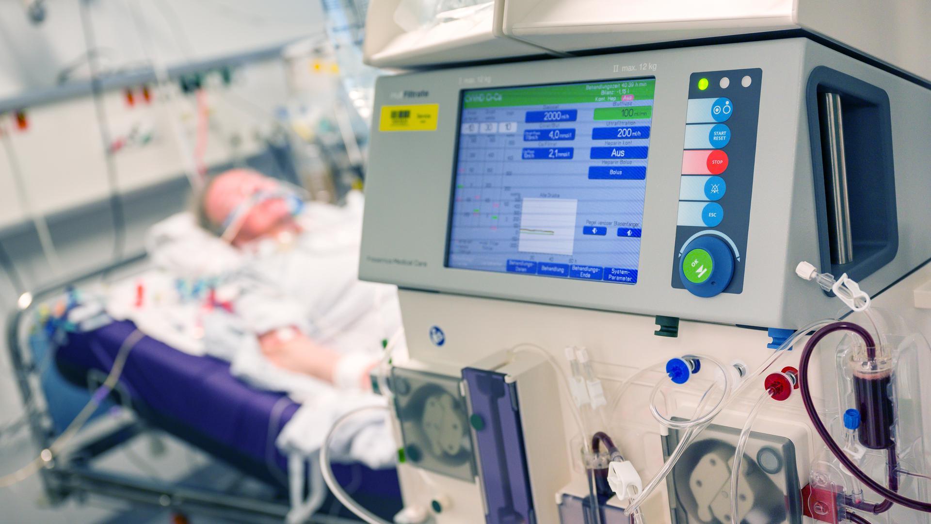 Viele Corona-Skeptiker bestreiten, dass es einen Anstieg der Sars-CoV-2-Infektionen gibt, sie behaupten, dass es keine akuten Fälle Gibt. Tatsächlich werden jedoch derzeit Hunderte Menschen in Deutschland wegen Covid-19 auf Intensivstationen der Kliniken behandelt. Das Archivfoto zeigt ein Krankenzimmer in einem bayerischen Krankenhaus im April.