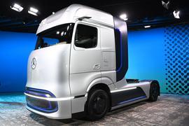 Grüne Revolution im Güter-Fernverkehr: Daimler Trucks stellte in Berlin den Prototyp eines leistungsfähigen Brenstoffzellen-Lkw vor.