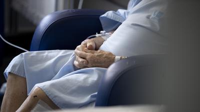 06.10.2020, Spanien, Torrejon De Ardoz: Ein älterer Patient, der mit dem Coronavirus infiziert ist, sitzt in einem Krankenhauszimmer in Torrejon de Ardoz, Madrid. Die Krankenhäuser und ihre Mitarbeiter sind in Madrid wieder an ihre Grenzen gestoßen. Foto: Manu Fernandez/AP/dpa +++ dpa-Bildfunk +++ |