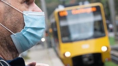 Für gesunde Menschen unbedenklich: Der Mund- und Nasenschutz wie hier bei einem Nutzer des öffentlichen Nahverkehrs in Stuttgart wird von Medizinern als Corona-Schutzmaßnahme generell empfohlen.