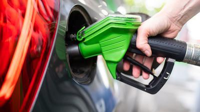 ARCHIV - 06.09.2020, Bayern, München: Eine Frau hält an einer Tankstelle an einer Zapfsäule eine Zapfpistole in der Hand und betankt ein Auto. (zu dpa «Ölpreise steigen und ziehen Benzin und Diesel mit nach oben») Foto: Sven Hoppe/dpa +++ dpa-Bildfunk +++ | Verwendung weltweit