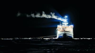 """Ein kleiner wissenschaftlicher Vorposten der Menschheit in der lebensfeindlichen, eiskalten Polarnacht: Die """"Polarstern"""" ließ sich an einer Eisscholle einfrieren und driftete monatelang in der Arktis."""