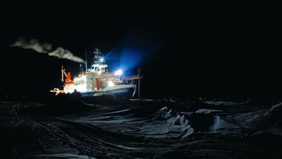 """Tausende Kilometer Dunkelheit um einen einsamen Forschungsposten: Die """"Polarstern"""", aufgenommen während der langen Polarnacht. Das im Eis eingefrorene Schiff driftete ein Jahr lang in der Arktis, während Wissenschaftler verschiedener Nationen Daten über die Auswirkungen des Klimawandels auf die Natur im Norden gesammelt haben."""