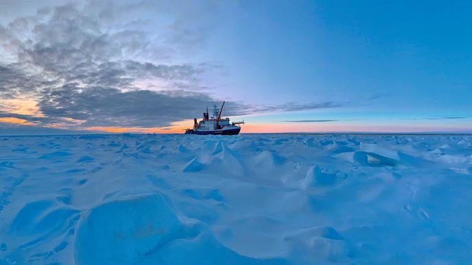 """Schnee und Eis, soweit das Auge reicht: Was wie eine solide Winterlandschaft aussieht, ist eigentlich fragil. Eines der Schlüsselerkenntnisse der Expedition auf dem Eisbrecher """"Polarstern"""" war, dass die arktische Eisschmelze infolge des Klimawandels schon weit fortgeschritten ist."""