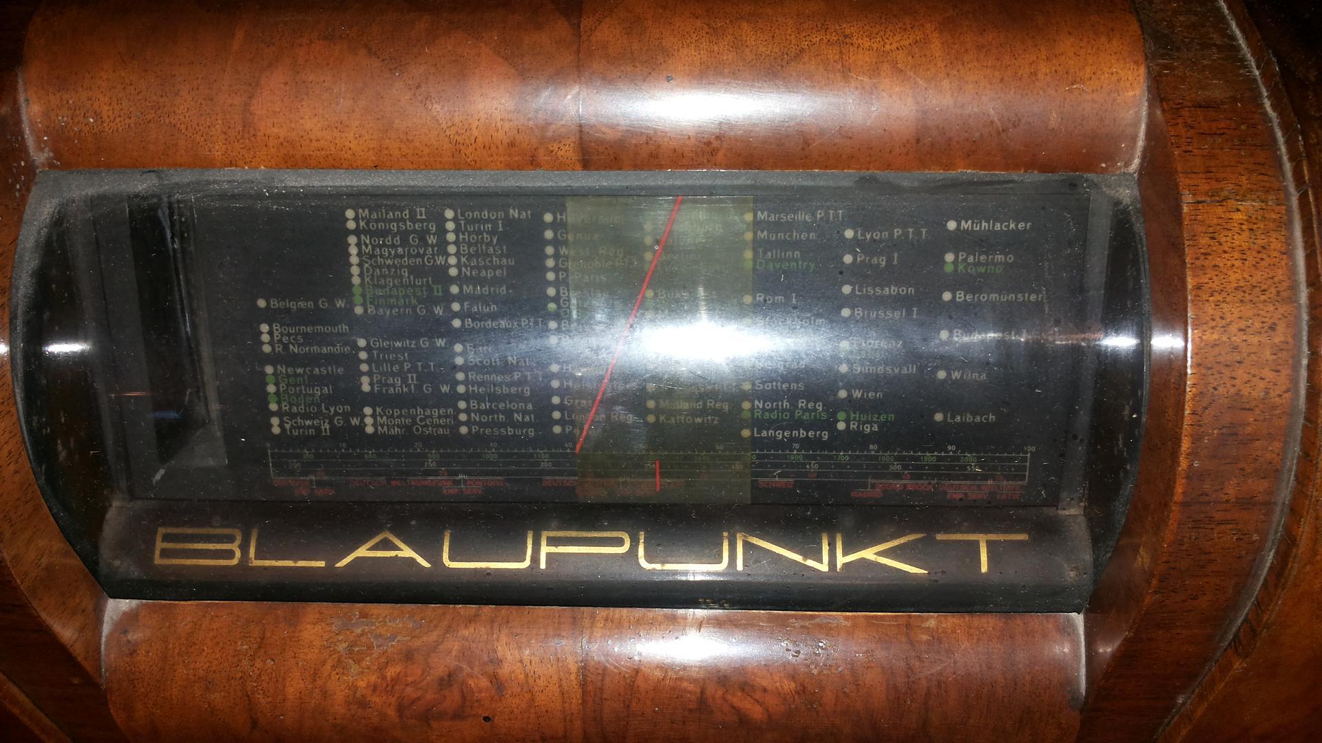 Mühlacker liegt zwischen Riga und Palermo, zumindest auf der Senderskala dieses alten Blaupunkt-Radios Ideal, Typ 4W6 von 1934, das im Radiomuseum in Waldbronn zu sehen ist.