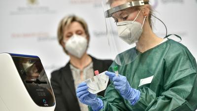"""Testergebnis """"negativ"""": Landeswirtschaftsministerin Nicole Hofmeister-Kraut musste nur etwa 40 Minuten auf ihre Corona-Diagnose warten. Die Freiburger Firma Spindiag liefert jetzt ihr Schnelltest-System """"Rhonda"""" an Kliniken im Land aus."""
