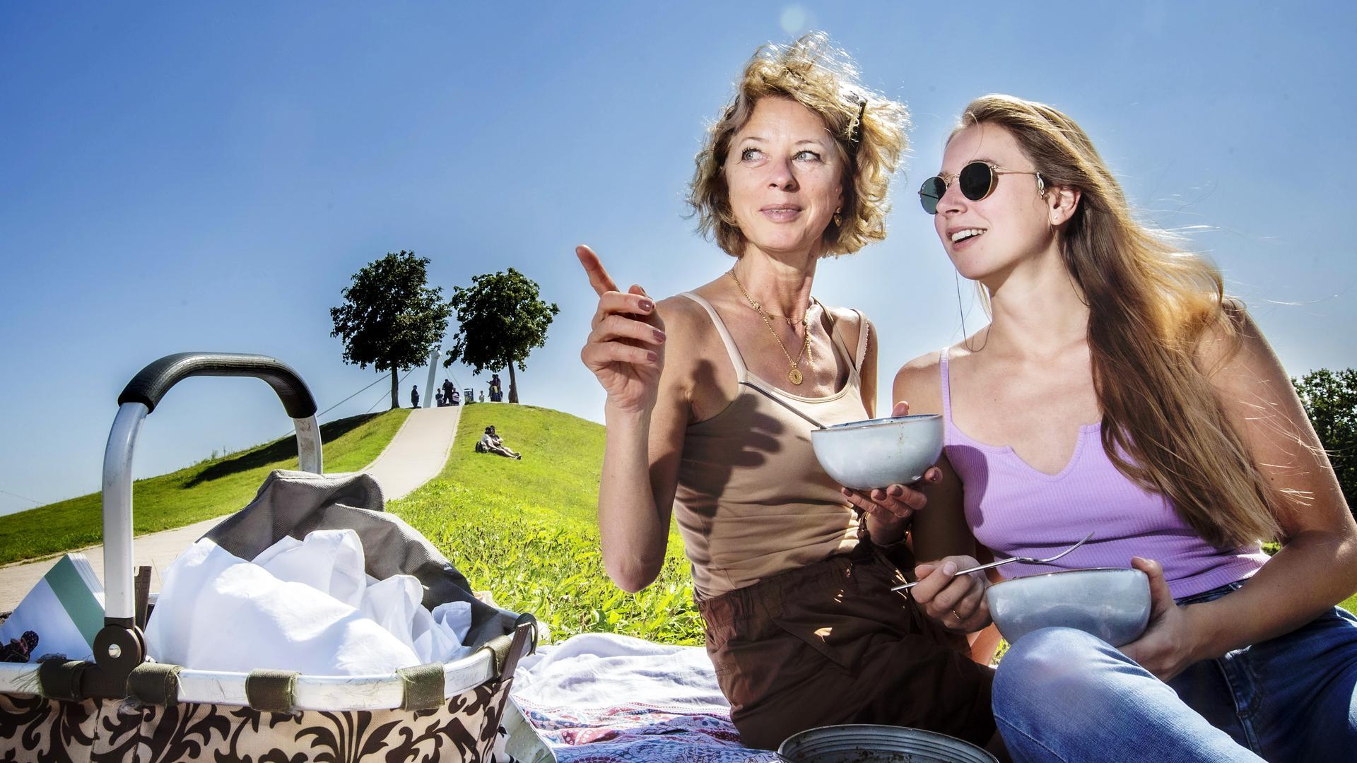 """Sonnige Aussichten zum Herbstbeginn: Bei sommerlichen Temperaturen zieht es viele Menschen in Schwimmbäder, Biergärten oder eben zum Picknicken vor den """"Mount Klotz"""" in Karlsruhe."""