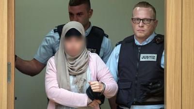 Aus Syrien zurückkehrende Islamistinnen stehen oft vor deutschen Gerichten - wie hier in Stuttgart vor zwei Jahren. Laut einer neuen Studie des Landesamtes für Verfassungsschutz haben Frauen einen bedeutenden Einfluss in extremistischen Gruppierungen.