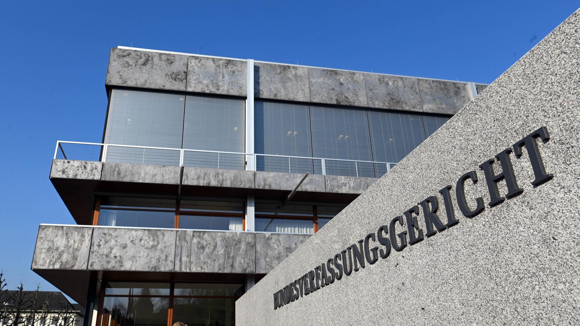Aussenaufnahme des Bundesverfassungsgerichtes. Die AfD Sachsen ist mit einer Verfassungsbeschwerde in Karlsruhe gescheitert. Dabei ging es um die teilweise Nichtzulassung ihrer Kandidatenliste für die Landtagswahl. Das teilte das Bundesverfassungsgericht am Mittwoch mit. +++ dpa-Bildfunk +++