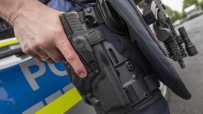 Mysteriöser Diebstahl bei der Polizei: In Bruchsal verschwanden vor kurzem Funkgeräte und Dienstpistolen von Beamten, die im Urlaub waren. Die Waffen (hier ein Symbolbild) wurden wenig später gefunden, unklar ist aber, was die mutmaßlichen Täter damit vorhatten.