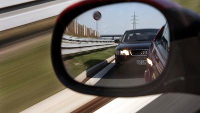 Was tun gegen die Aggressivität auf der Straße? Überhöhte Geschwindigkeit, zu geringer Abstand und andere Regelverletzungen kosten jedes Jahr Menschenleben, nun werden die Strafen für rücksichtslose Autofahrer verschärft.