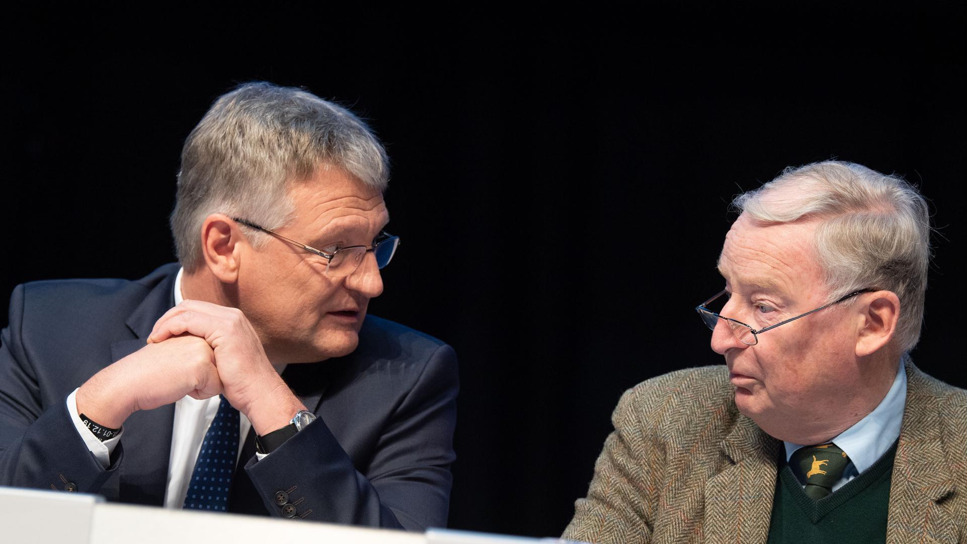 Jörg Meuthen (l), Bundessprecher der AfD, und Alexander Gauland, Bundessprecher der AfD, sitzen beim Parteitag der AfD. +++ dpa-Bildfunk +++