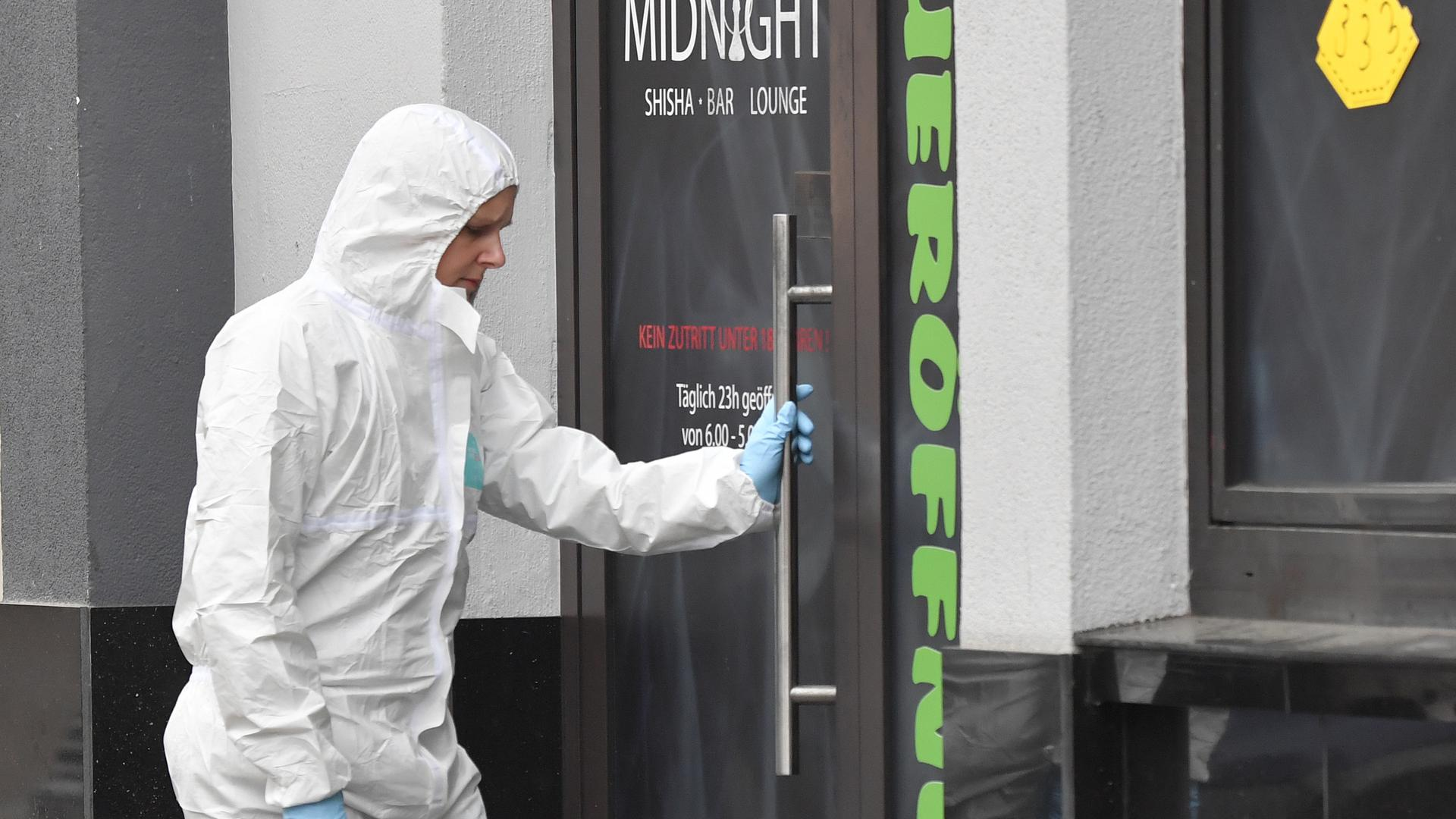 Eine Mitarbeiterin der Spurensicherung am Tatort am Heumarkt.