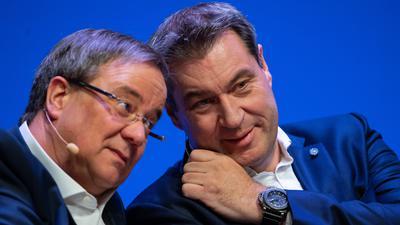 Armin Laschet (CDU, l), Ministerpräsident des Landes Nordrhein-Westfalen, und Markus Söder (CSU), Ministerpräsident des Landes Bayern, sitzen beim offiziellen Start der Unions-Parteien zum Europawahlkampf auf der Bühne. Der Krach in der Krisenschalte von Bund und Ländern zur Corona-Pandemie am Sonntag (22.03.2020) hat nicht nur Nerven gekostet. Der Zoff hat auch die Frage aufgeworfen, wie es um die Führungsfähigkeit mancher Unionsspitzen in schwieriger Lage bestellt ist. +++ dpa-Bildfunk +++