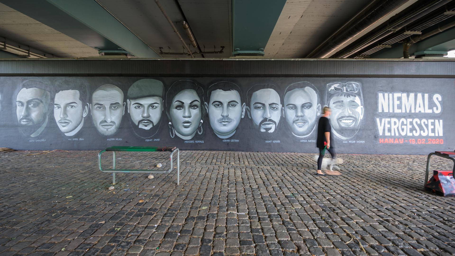 Porträts von Opfern des Anschlags vonHanau unter der Frankfurter Friedensbrücke.