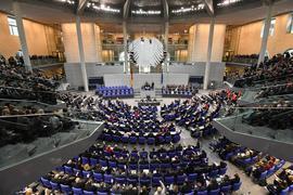 """Übersicht über die konstituierende Sitzung des 19. Deutschen Bundestages im Plenarsaal im Reichstagsgebäude. Derzeit haben 709 Politikerinnen und Politiker einen Sitz im Bundestag. (zu dpa """"Koalition einigt sich über Wahlrechtsreform"""") +++ dpa-Bildfunk +++"""