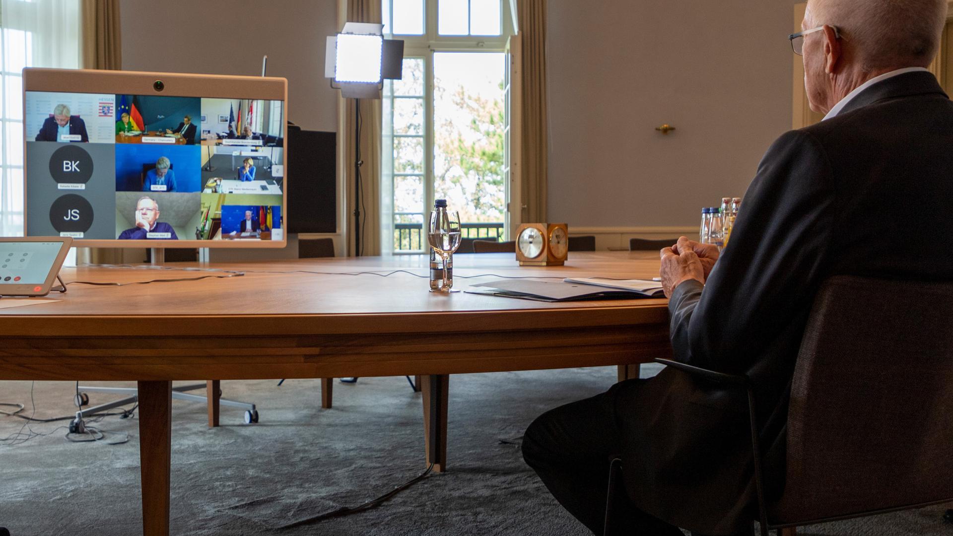Winfried Kretschmann (Bündnis 90/Die Grünen, r), Ministerpräsident vonBaden-Württemberg, nimmt an der Videokonferenz der Regierungschefinnen und Regierungschefs der Bundesländer sowie der Bundeskanzlerin und demGesundheitsminister zu Corona-Maßnahmen teil. +++ dpa-Bildfunk +++