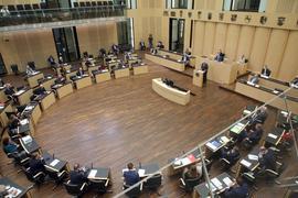 Volker Bouffier (CDU), hessischer Ministerpräsident, steht am Rednerpult des Bundesrates. In der Länderkammer wird auf einer Sondersitzung über eine Änderung des Infektionsschutzgesetzes beraten. Der Bundestag hatte die Gesetzesänderung bereits am Vormittag behandelt. +++ dpa-Bildfunk +++