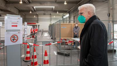 120 Vakzinierungen pro Stunde geplant: Ministerpräsident Winfried Kretschmann beim Besuch eines Corona-Impfzentrums in Ulm, das dem Zentralen Impfzentrum in Karlsruhe als Vorbild dienen soll.