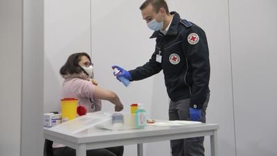 Testlauf in einem Corona-Impfzentrum in Hessen: Das Werben um Personal für die Impfprogramme, die schon bald in den Bundesländern starten sollen, zeigt Wirkung. So haben sich in Baden-württemberg bereits einige Tausend Mediziner gemeldet, die in den Zentren arbeiten möchten.