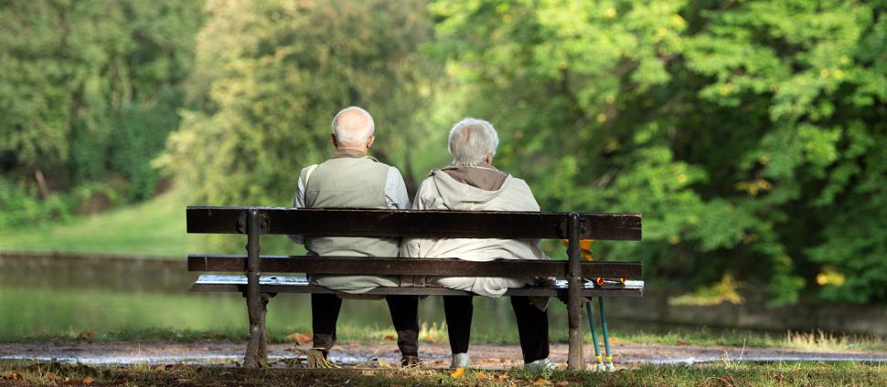 Zwei Rentner sitzen auf einer Bank. (zu dpa: Steigende Lebenserwartung bringt vielen nicht mehr Zeit in Rente) +++ dpa-Bildfunk +++