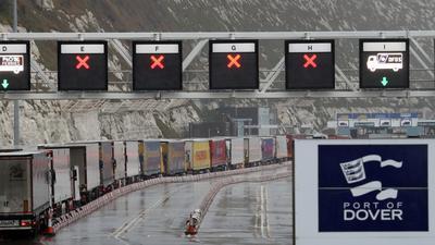 Schwierige Zeit für den Handel: Die Lastwagen-Schlange vor dem Check-in ist ein typisches Bild am Hafen im südenglischen Dover seit dem Brexit-Vollzug am 1. Januar 2021.