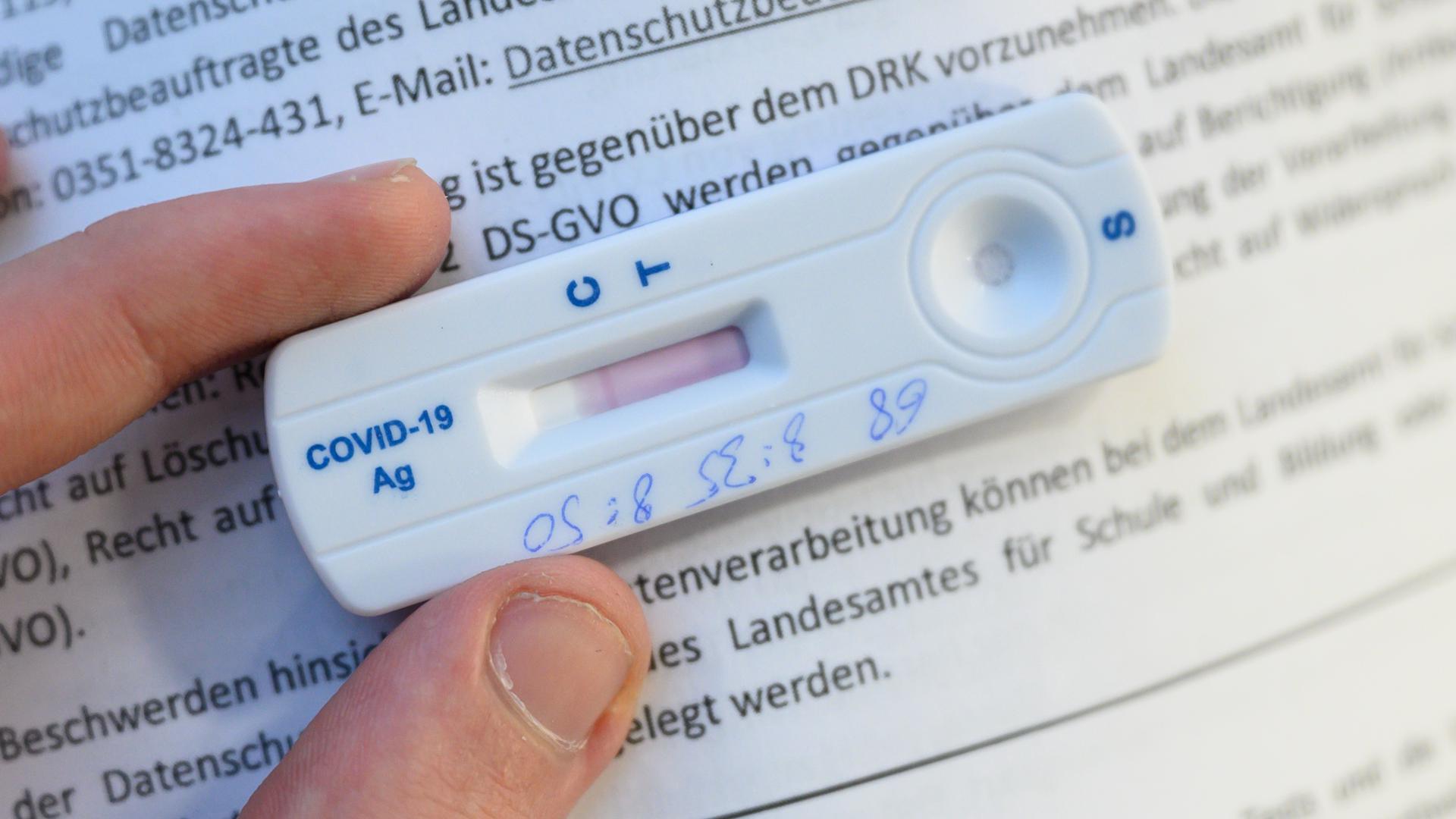 Schnelle Prüfung ohne fremde Hilfe: Corona-Heimtests für Laien sind in Österreich schon weit verbreitet. Ab März sollen solche Tests auch in Deutschland in Apotheken und dem Einzelhandel verkauft werden.