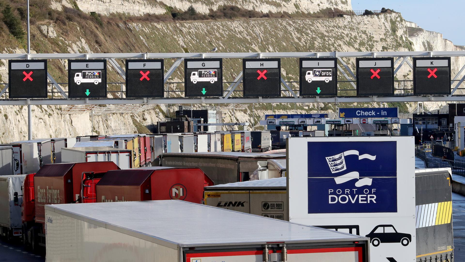 Neue Zollverfahren als gewaltiger Bremsklotz im Handel: Lastwagen stehen im Hafen der britischen Küstenstadt Dover Schlange, um vor der Überfahrt in die EU kontrolliert zu werden.