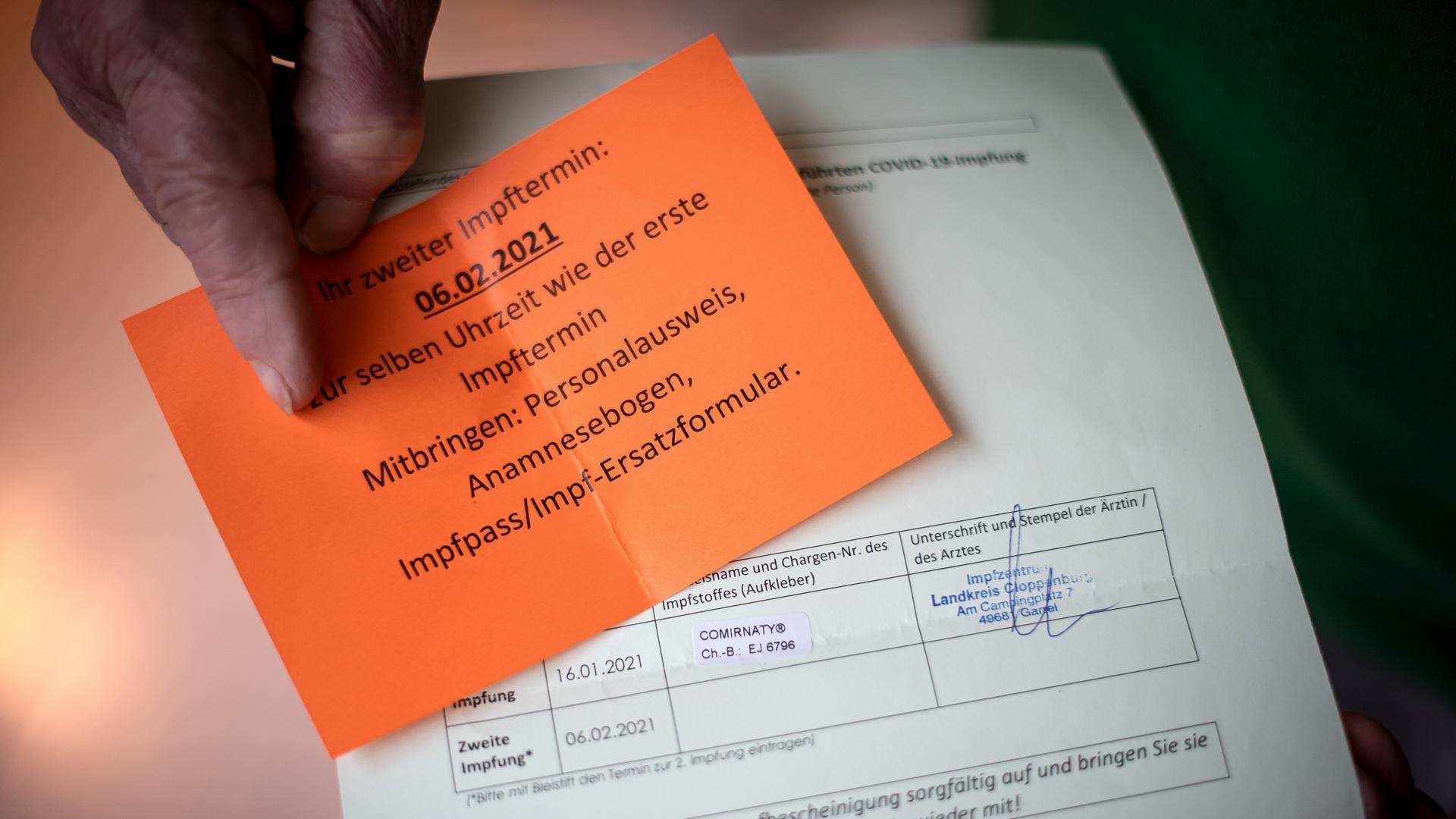 Alfred Stagge zeigt das Erinnerungsschreiben an den zweiten Impftermin. Weil die mobilen Impfteams im Landkreis Cloppenburg die Impfungen in den Alten- und Pflegeheimen so schnell abgeschlossen hatten, wurde in dem Ort Lastrup für einen Tag ein mobiles Impfzentrum für Nicht-Heimbewohner aufgebaut. Der 81-jährige Stagge war einer von knapp 350 Lastrupern, die die schützende Spritze erhielt. In anderen Regionen Niedersachsens sind noch nicht einmal alle Pflegeheim-Bewohner geimpft worden. +++ dpa-Bildfunk +++