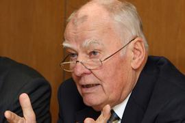 Der ehemalige Vizepräsident des Bundesverfassungsgerichts, Ernst Gottfried Mahrenholz, gestikuliert auf einer Pressekonferenz. Nach Angaben einer Sprecherin der SPD Niedersachsen vom Montag starb der Jurist am 28.01.2021 in Hannover. (zu dpa: «Früherer Bundesverfassungsrichter Mahrenholz gestorben») +++ dpa-Bildfunk +++