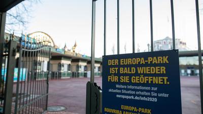 Leere im Freizeitparadies: Der Europa-Park wartet auf Besucher, die nicht kommen dürfen. Das Familienunternehmen in Rust sieht nach eigenen Angaben keinerlei Perspektive einer baldigen Wiederaufnahme seines wegen der Pandemie geschlossenen Betriebs.
