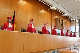 """Mit Corona-Beschwerden stark ausgelastet: Die """"roten Roben"""" am Bundesverfassungsgericht in Karlsruhe mussten 2020 eine Rekordanzahl an Eilanträgen bewältigen."""