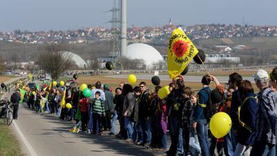 Aktiver Protest gegen die Kernkraft: Nach dem GAU in Fukushima stehen Zehntausende Menschen in einer Kette vor dem Atomkraftwerk Neckarwestheim (Kreis Heilbronn).