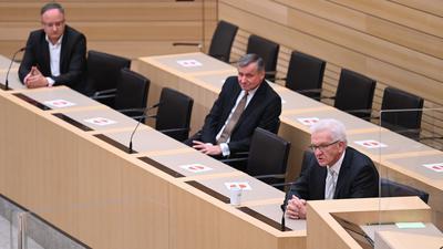 Winfried Kretschmann (Bündnis 90/Die Grünen), Ministerpräsident von Baden-Württemberg und Spitzenkandidat der Grünen, (r-l) Hans-Ulrich Rülke, Spitzenkandidat der FDP, und Andreas Stoch, Spitzenkandidat der SPD sitzen nach den ersten Hochrechnungen der Landtagswahlen in Baden-Württemberg im Plenarsaal. +++ dpa-Bildfunk +++