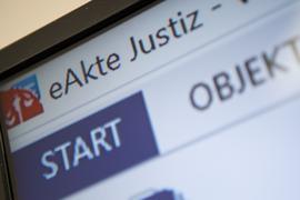 Das Programm «eAkte Justiz» wird während einer Pressekonferenz nach der Einführung der elektronischen Akte an allen Gerichten der Arbeitsgerichtsbarkeit in Baden-Württemberg präsentiert. Am Landgericht Mannheim und am Arbeitsgericht Stuttgart wurde die elektronische Akte bereits 2016 eingeführt. Nach und nach soll die Papierakte abgeschafft werden. (zu dpa: «Auch alle Zivilkammern bei Landgerichten arbeiten künftig digital») +++ dpa-Bildfunk +++