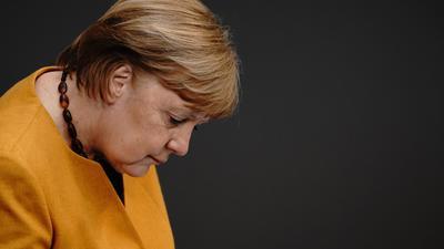 Zunehmend getrieben und kraftlos: Bundeskanzlerin Angela Merkel (CDU) muss sich für Ihre Rolle in den Oster- und Lockdown-Beschlüssen von Bund und Ländern viel Kritik anhören.